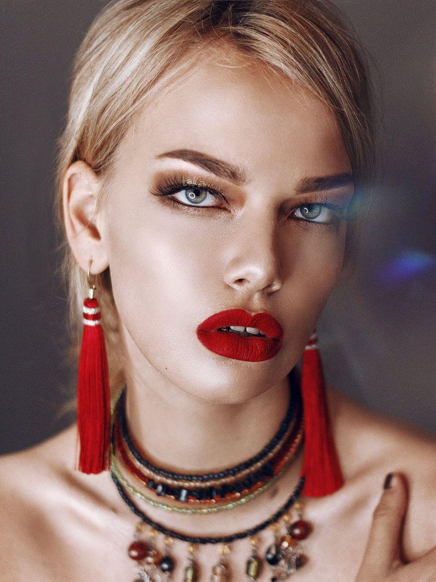 Красная помада в макияже для себя