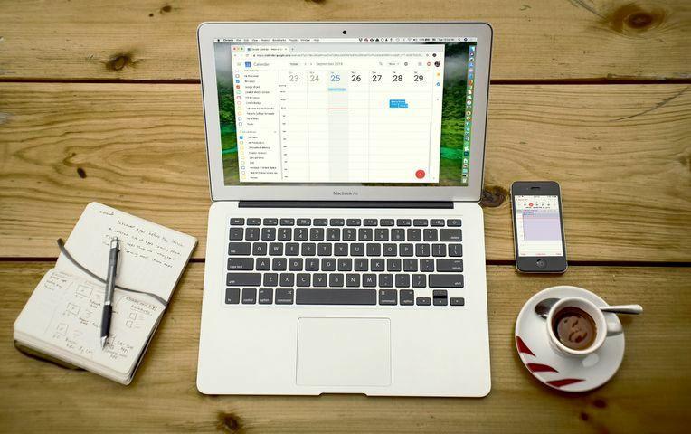 Визажист-стилист должен синхронизировать свои записи клиентов в ежедневнике, смартфоне, планшете и ноутбуке
