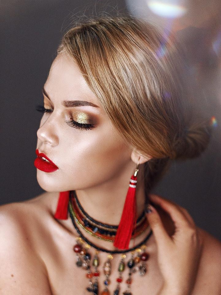 Ярко-красная помада в макияже - работа ученицы курса повышения повышения квалификации по визажу