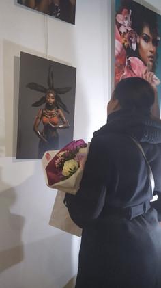 Visiteuse devant le tableau de Nandy.jpg