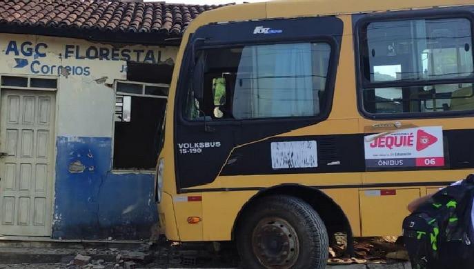 Estudante teria desengrenado ônibus escolar que colidiu com o prédio do Correios em Jequié
