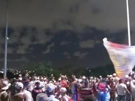Torcida do Vitória faz protesto na porta do Barradão pedindo a saída de Paulo Carneiro