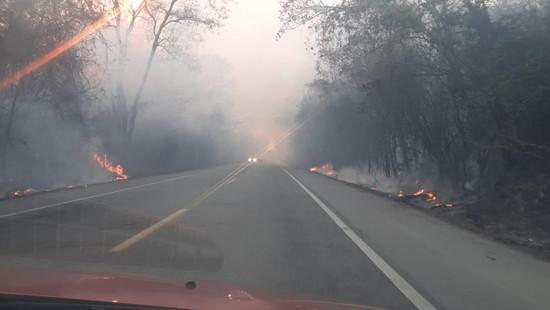 Fogo na Chapada faz fumaça avançar sobre BR 242 e prejudica motoristas