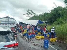 Batida frontal entre carreta de cerveja e caminhão de verduras deixa mortos e feridos na BR-101