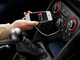 ¿Por qué los celulares cargan más lento en el USB del auto?