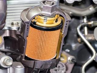 ¿Cómo aflojar un filtro de aceite que está muy duro?
