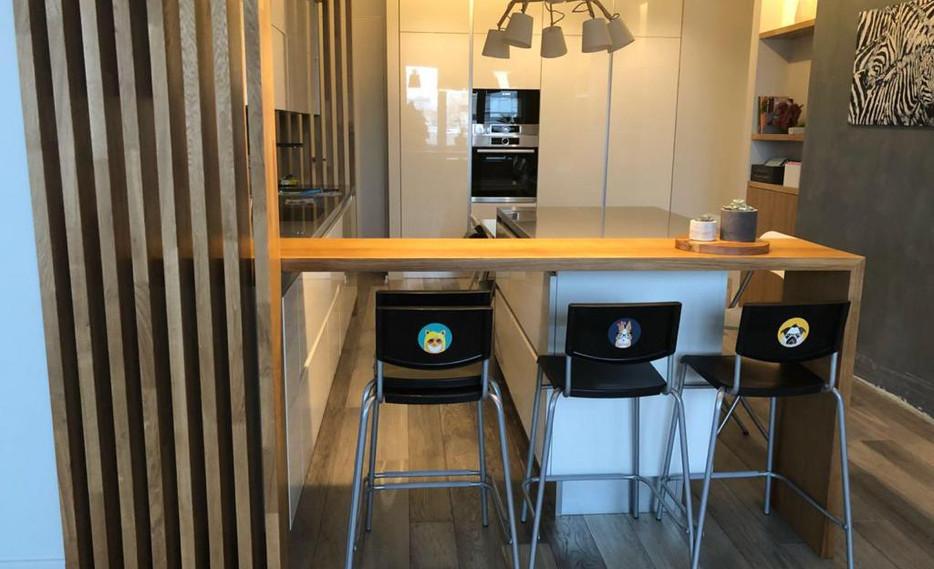 Оформление кухни - барная стойка и реечная перегородка