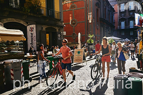 Turisti c a piedi e in bicicletta a Spaccanapoli