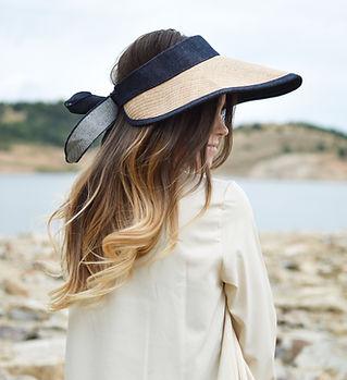 Een vrouw draagt een zonnehoed