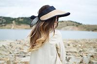 Kobieta w kapeluszu słońce