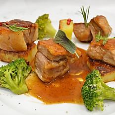 Cubes de boeuf braisé à basse température avec des épices et du vin rouge accompagné des pommes de terre au four