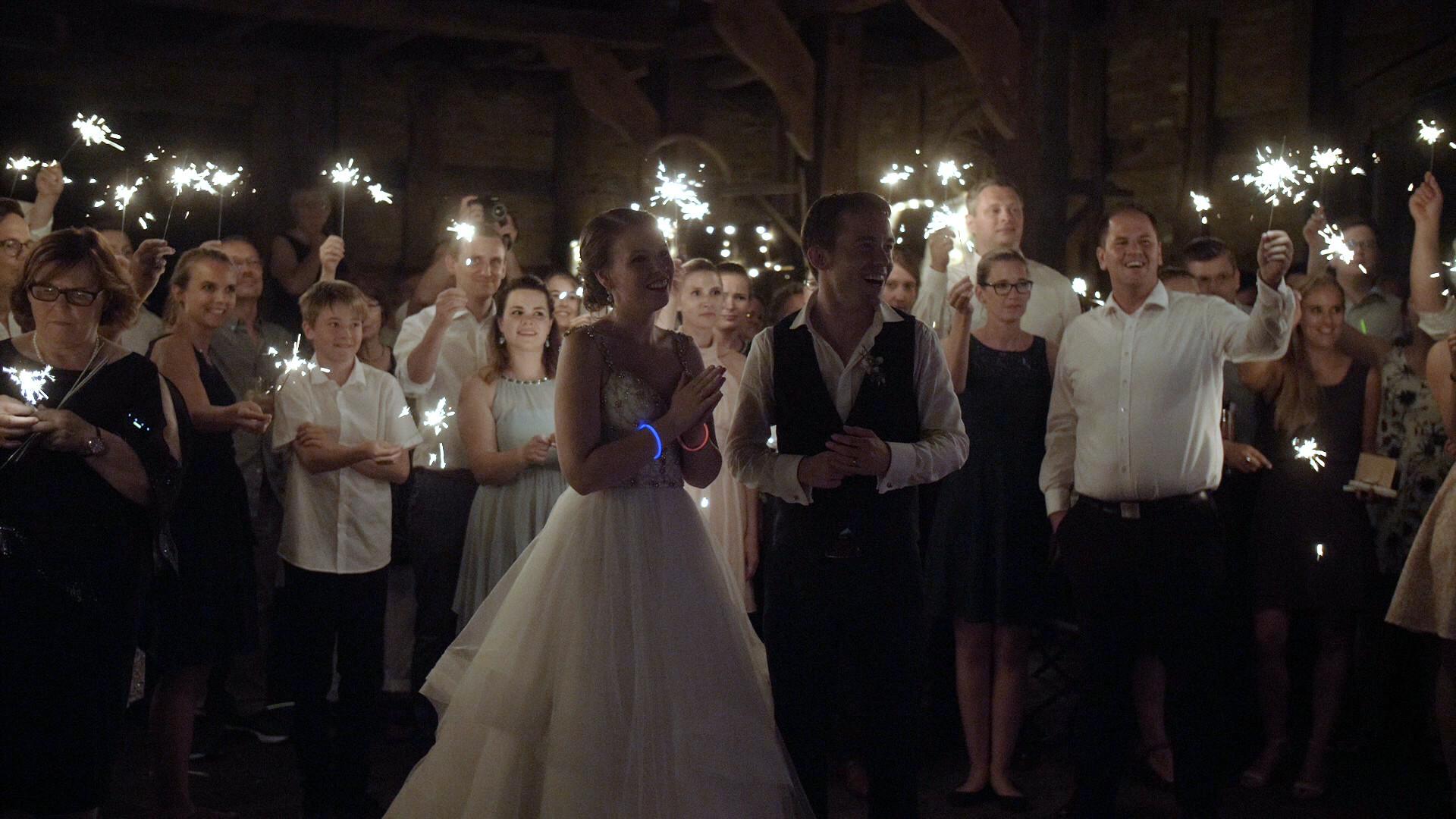 Brautpaar mit Gästen | Lux et Umbra Hochzeitsvideografie