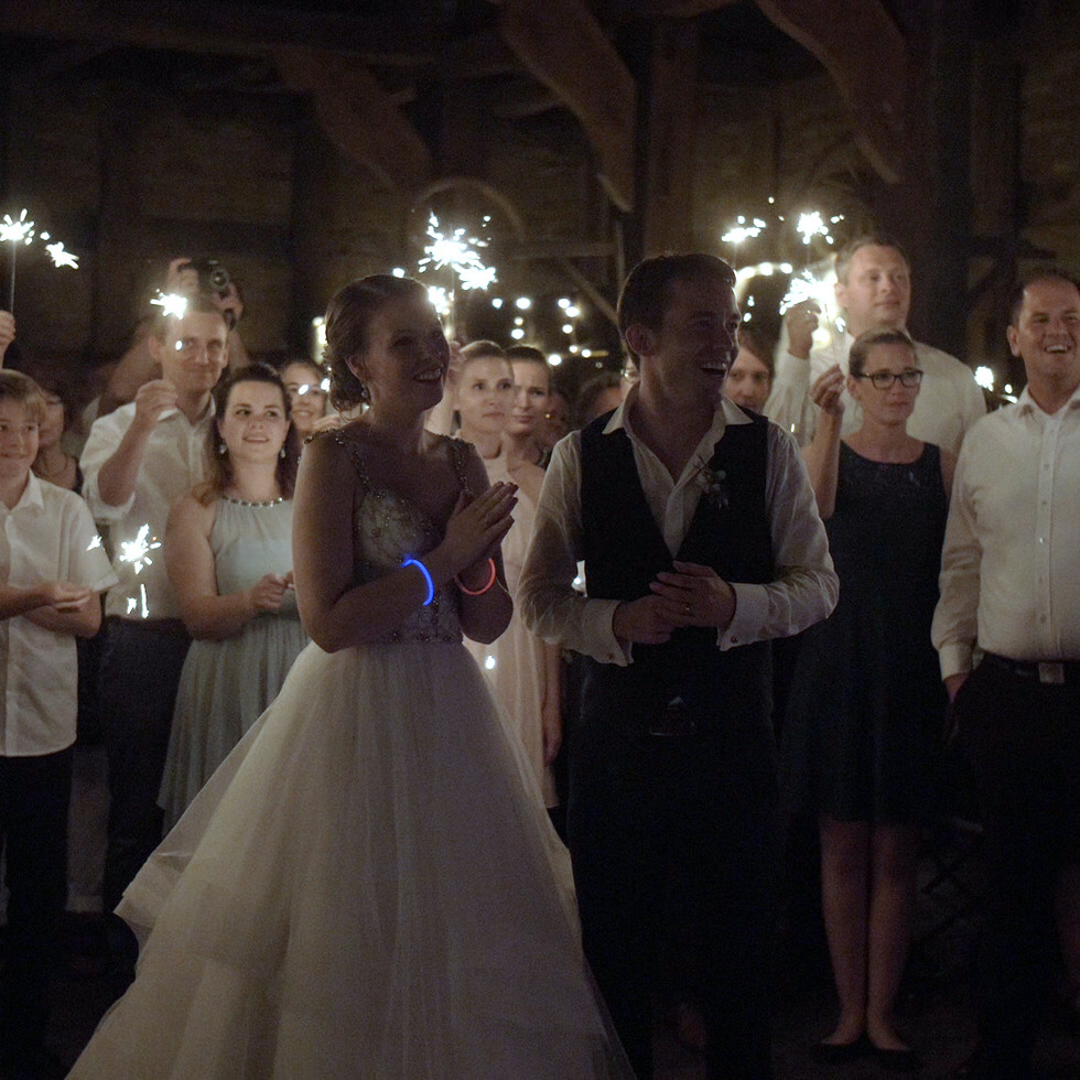 Brautpaar mit Gästen   Lux et Umbra Hochzeitsvideografie