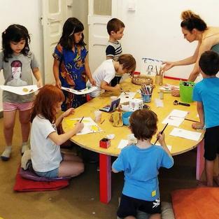 Proveir de material a nens / es