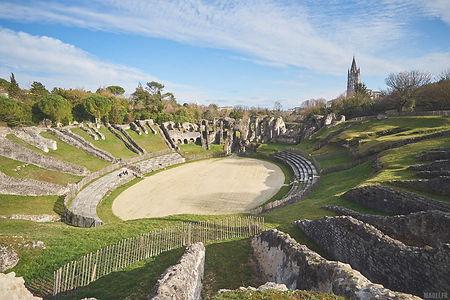 visiter saintes , les arenes , arc de germanicus , cathédrale saint pierre , abbaye aux dames , crypte saint eutrope