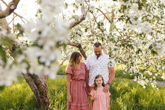 Verger en fleurs en famille