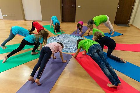 asana, yoga in fiore, bambini.jpg