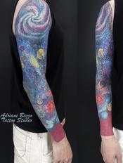 universo-universe-colorida-braço-masculino-tatuagem-tattoo-adriane-bazzo.png