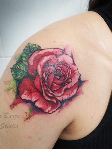 Tatuagem feminina rosa vermelha em estil