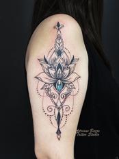 Tatuagem lótus ornamental geométrica no