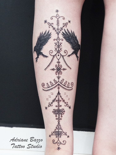 Tatuagem preta ornamental celta  perna