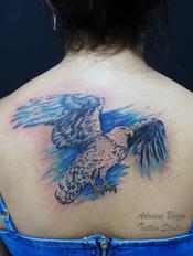 aguia-passaro-azul-aquarela-colorida-realista-foto-costas-tatuagem-tattoo-adriane-bazzo.png