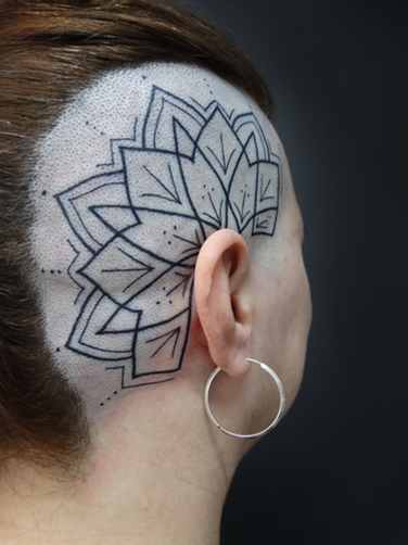 Tatuagem geométrica ornamental na cabeça