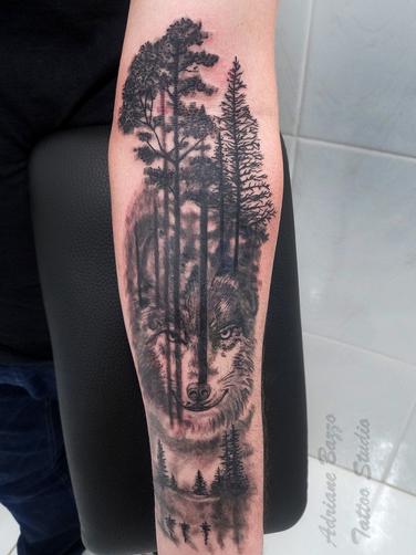 lobo-braço-masculino-árvore-wolf-forest-tatuagem-tattoo-adriane-bazzo.png
