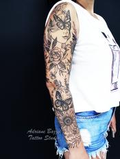 Tatuagem braço fechado feminino flores e