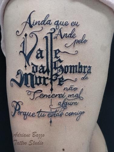 religiosa-perna-masculina-frase-escrita-deus-tatuagem-tattoo-adriane-bazzo.png