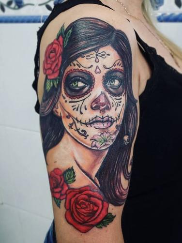 catrina-colorida-muerte-rosas-tatuagem-tattoo-adriane-bazzo-mulher-braço-feminino.jpg