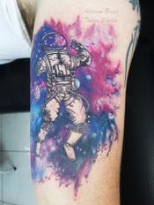 astronauta-aquarela-braço-masculino-colorida-universo-tatuagem-tattoo-adriane-bazzo.png