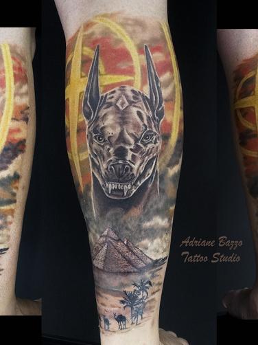 anubis-egipcia-perna-masculina-tatuagem-tattoo-adriane-bazzo.png