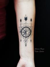 rosa-dos-ventos-flechas-linhageometrica-elicada-feminina--tatuagem-tattoo-adriane-bazzo.png