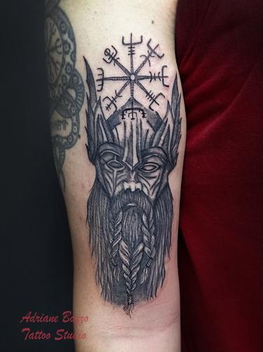 Tatuagem_masculina_preto_e_sombreada_Odin-viking-tatuagem-tattoo-adriane-bazzo.jpg
