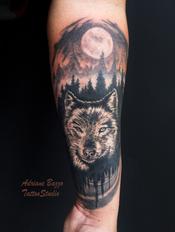 masculino_lobo_ao_luar_-braço-masculino-realista--tatuagem-tattoo-adriane-bazzo