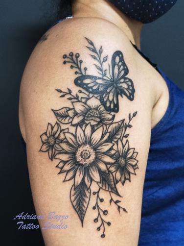 Tatuagem preta feminina no braço girasso