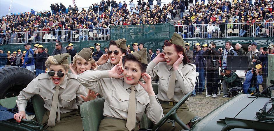 940wx450h_Warbirds_ladies_in_car.jpg