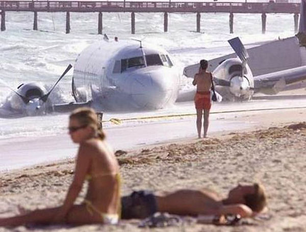 Funny-Situations-Plane-Landing-On-Beach.