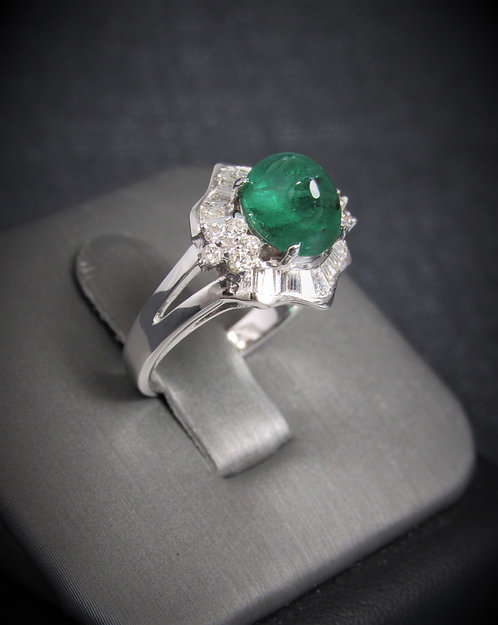 18KT White Gold Diamond And Cabochon Cut Emerald Ring