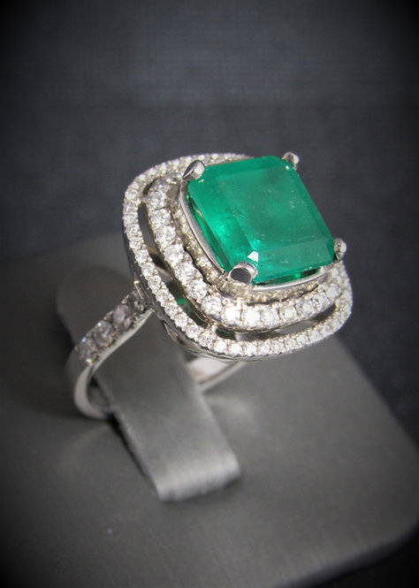 18KT White Gold Diamond And Emerald Fancy Ring