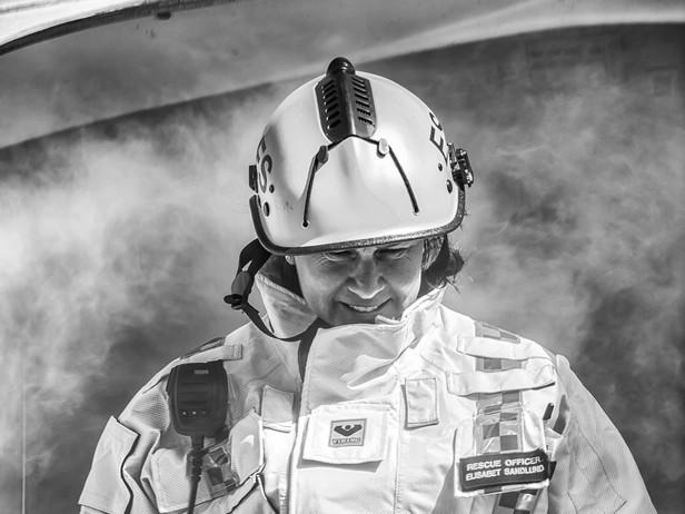 Elisabet inspekterar flyplanet som brann