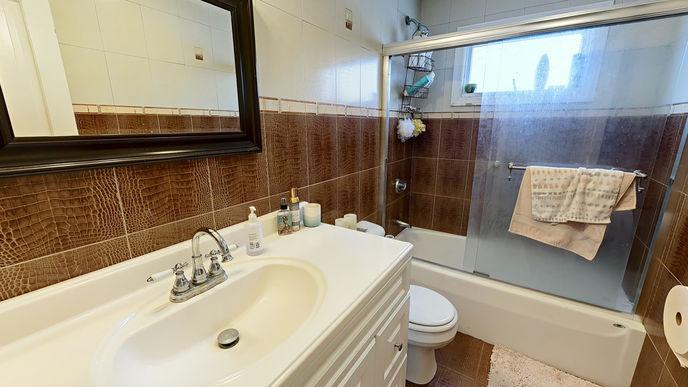 09-bathroom.jpg