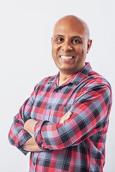"""Edson Ferreira é ator, cineasta, roteirista e preparador de atores, com dezessete anos de experiência audiovisual. Dirigiu e roteirizou videoclipes, documentários e obras de ficção, com destaque para o curta """"Sombras do Tempo"""" (2012), único representante brasileiro no Mumbai Shorts International Film Festival (Índia), e o longa """"Entreturnos"""" (2014), coproduzido pelo Canal Brasil, no qual se tornou um dos raros negros a dirigir um longa-metragem no Brasil. O filme percorreu festivais no Brasil, Chile, Cuba, México, Estados Unidos e Portugal e recebeu importantes prêmios nas categorias de Melhor Filme, Direção, Roteiro, Montagem e Atriz. Como ator, trabalhou em dezenas de projetos no cinema e na publicidade, sendo os mais destacados o curta """"A Mesa no Deserto"""", com carreira em mais de cinquenta festivais e dez prêmios internacionais, e as séries """"Cidinha dá Jeito"""" e """"Valerianas"""". Seu projeto mais recente é o curta """"Chamada a Cobrar"""", no qual dirige e atua, e os longas """"Sub"""" e """"Não Sabemos Ainda"""", ambos com lançamento para 2021."""