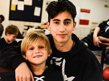 Ett barn och en gruppledare i en bowlinghall på Färjesad CCM Hockey Camp.