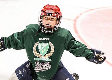 En hockeyspelare på Färjestad CCM Hockey Camp som gör en målgest.