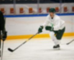 En proffesionell hockeyspelare som spelar i Färjestads BK som tränar på Färjestad CCM Hockey camp.