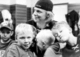 Barn och en gruppledare på Färjestad CCM Hockey Camp.