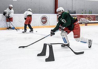 En hockeyspelare på Färjestad CCM Club Camp i Holmen Ishall.