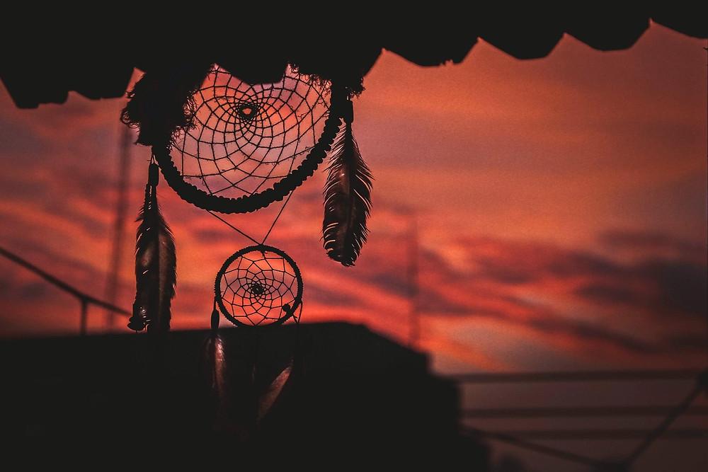 Vente d'objets de décoration, attrape-rêves au coucher du soleil